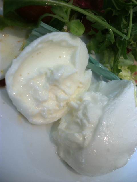Mozzarella produzida no local.